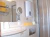 Badezimmer mit Schminkspiegel und Fön